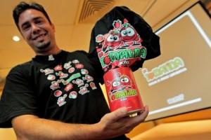 Vicent Sanfeliu muestra la camiseta oficial de la Tomatina / MANUEL BRUQUE (EFE)